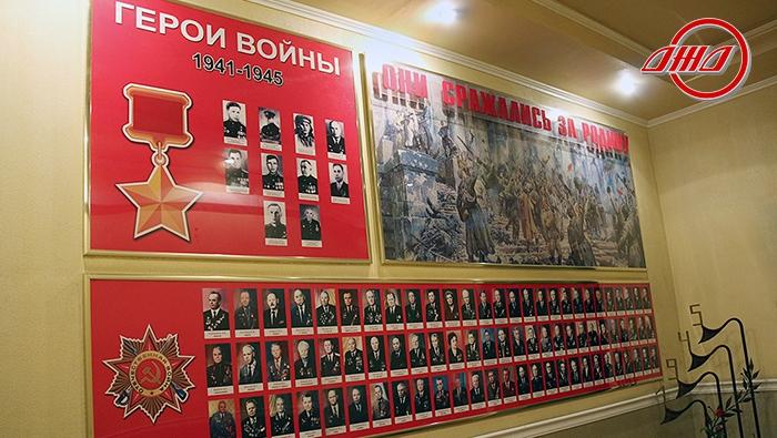 Стенд Бессмертный полк Государственное предприятие Донецкая железная дорога Донецкая народная республика