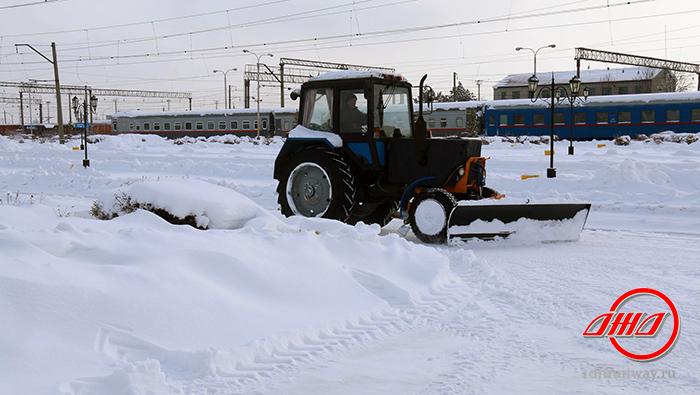 Электричка служба пассажирских перевозок ГП Донецкая железная дорога Донецкая Народная республика зима снег трактор