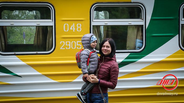 Пассажиры Донецкой Детской железной дороги ГП Донецкая железная дорога вагон мать и ребенок