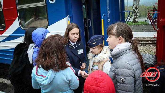 Проводники и пассажиры Детской железной дороги ГП Донецкая железная дорога