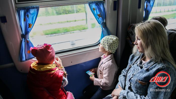 Вид из окна вагона Детской железной дороги ГП Донецкая Железная дорога пассажиры дети