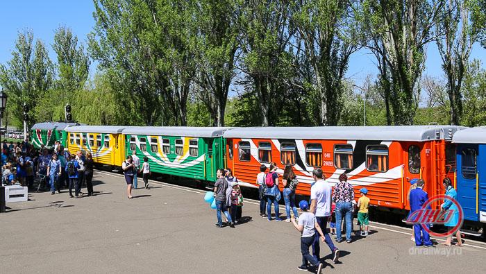 Тепловоз с вагонами Детская железная дорога станция Пионерская перон природа