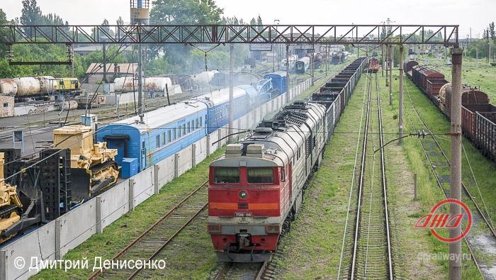 грузоперевозки грузовой поезд Донецкая Железная дорога пути грузовые вагоны пассажирские вагоны трава